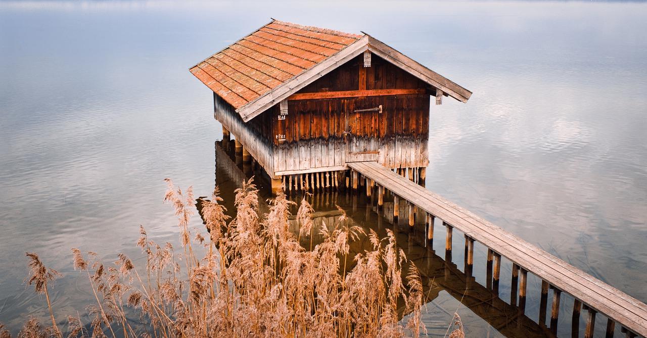 Lake Boat House Boardwalk  - JWegscheider / Pixabay